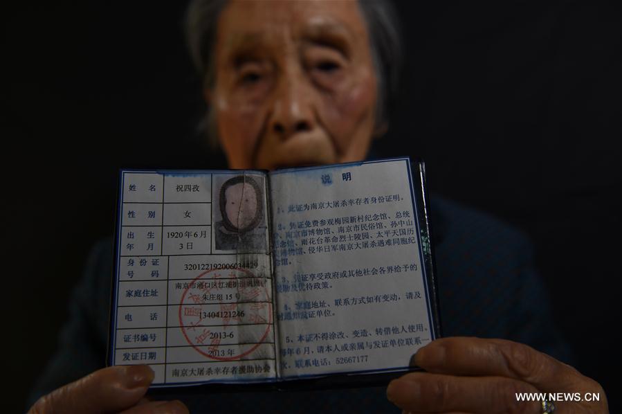 Shu Sizi montre son certificat de survivante du Massacre de Nanjing, le 3 novembre 2016.