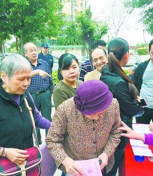 92岁高龄的老奶奶也来投票。