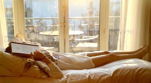 欧阳娜娜美腿比床还要长 姐姐看后要告诉爸爸