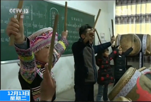 熊永伦传授苗族艺术文化