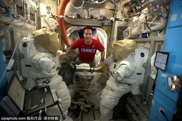 法宇航员太空生活照:飘来飘去玩自拍(组图)