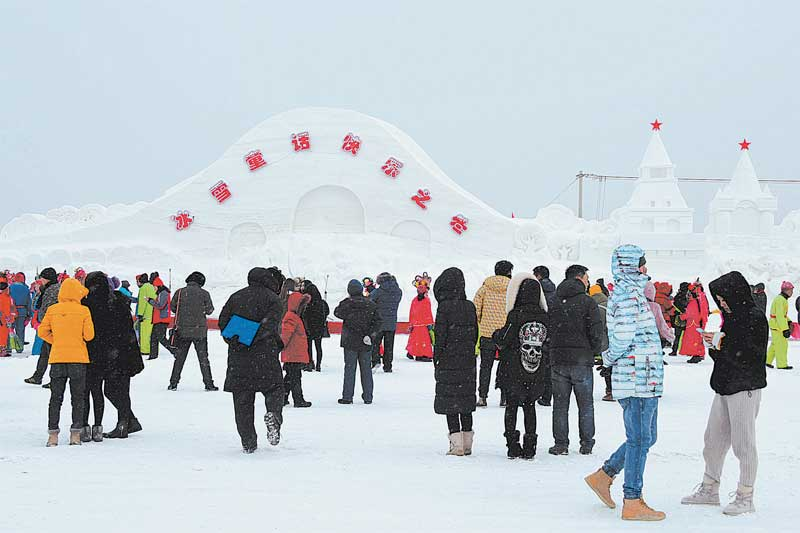 Chinese and Russian ice sculptors have gathered in Heihe, northeast China's Heilongjiang Province. Twenty-six teams are competing to produce the most impressive works of art from snow and ice