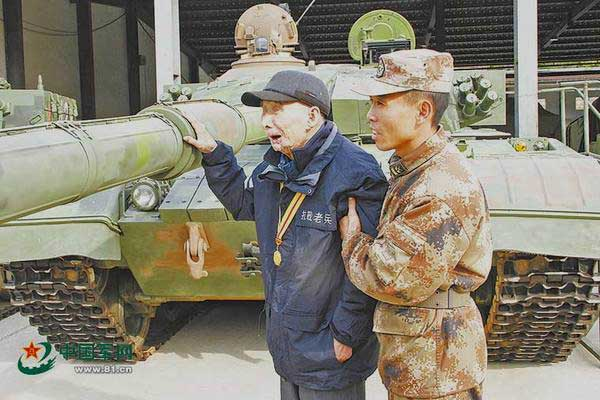 Blind WWII veteran gets to touch the tanks