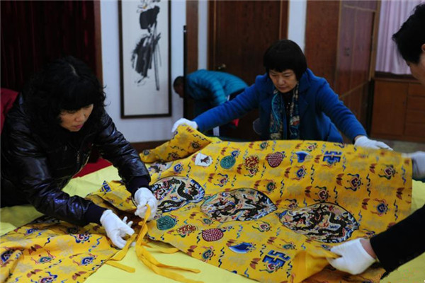 Replicas of silk clothing from the Ming Dynasty have been moved to Beijing.