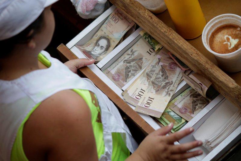 Residentes luchan por canjear billetes