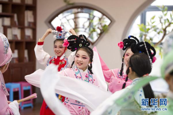 Hubei province excels at preserving traditional arts, boasting 32 local operas. Opera artists have often been invited to schools to communicate with students and teachers.