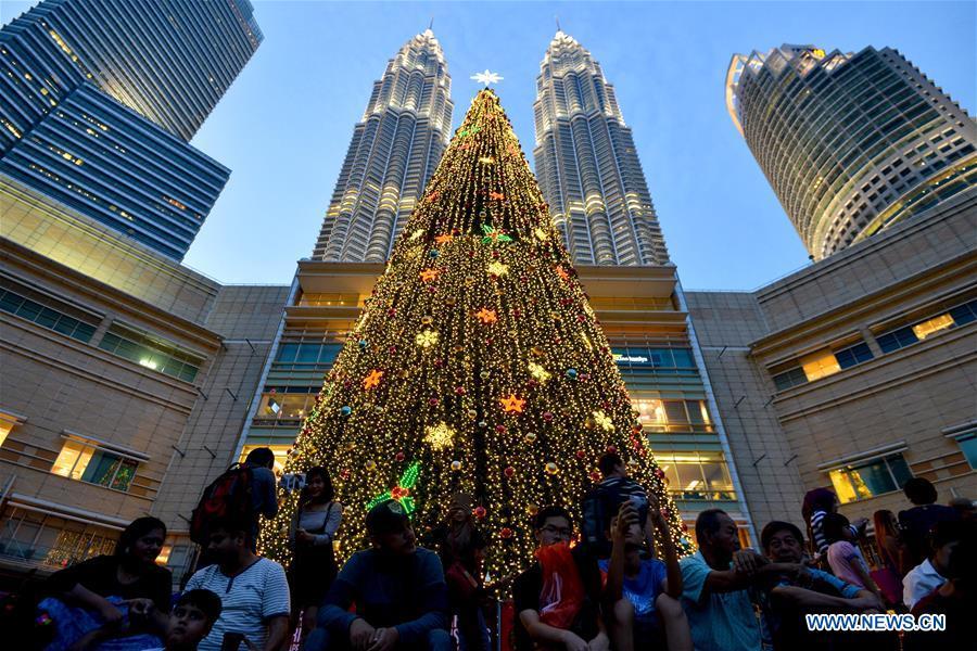 Photo prise le 17 décembre 2016 montrant un sapin de Noël géant à Kuala Lumpur, en Malaisie.
