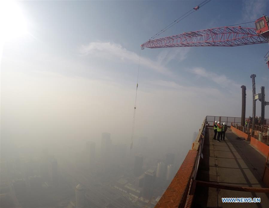 Photo prise le 17 décembre 2016 montrant des bâtiments enveloppés par le smog à Beijing, capitale de la Chine.
