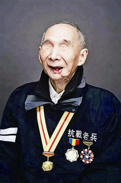 Un vétéran de la 2ème Guerre Mondiale retouche au char avec l