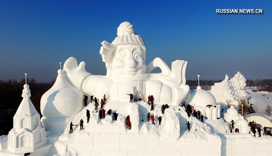 34-метровый харбинский снеговик-гигант наполовину готов
