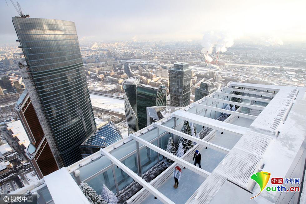 Une patinoire sur un gratte-ciel de Moscou