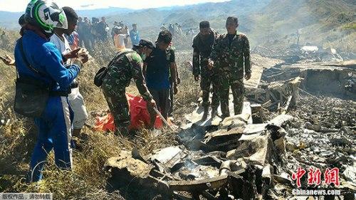 В результате крушения военного самолета погибли 13 человек