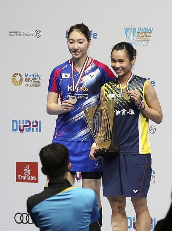 اللاعبة تاي تزو يينغ (اليمين) توجت بلقب بطولة دبي محرزة الميدالية الذهبية في نهائي فردي السيدات بعد فوزها (0-2) على سانغ جي هيون (اليسار) من كوريا الجنوبية المصنفة الخامسة عالميا، والتي حصلت على الميدالية الفضية في اليوم الختامي للمونديال