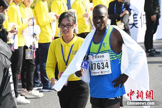 Более 30 тысяч человек из 28 стран участвовали в марафоне в г. Шэньчжэнь