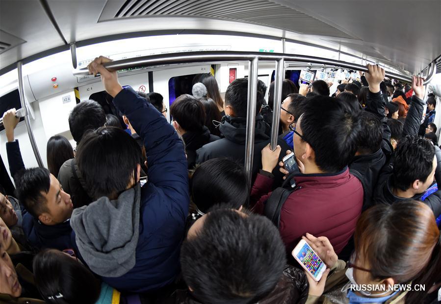 В утренние часы пик пассажиропоток в пекинском метро заметно увеличился