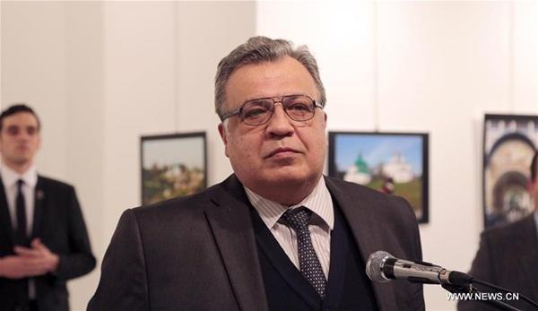 صورة السفير الروسي لدى تركيا أندري كارلوف في المعرض يوم 19 ديسمبر