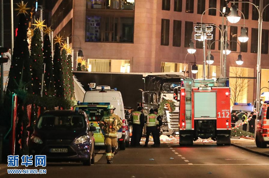 Un camion fonce sur un marché de Berlin et fait 12 morts