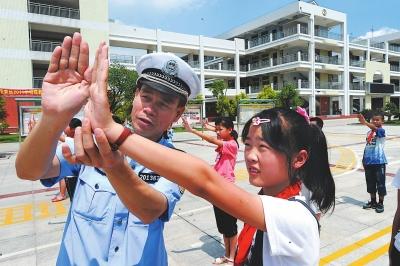 陈清洲带领李林小学学生在练习交通手势操。(资料图片) 新华社发