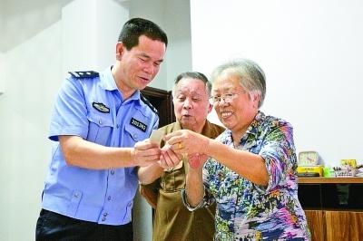 陈清洲向辖区老年人宣传防骗知识。厦门市公安局供图