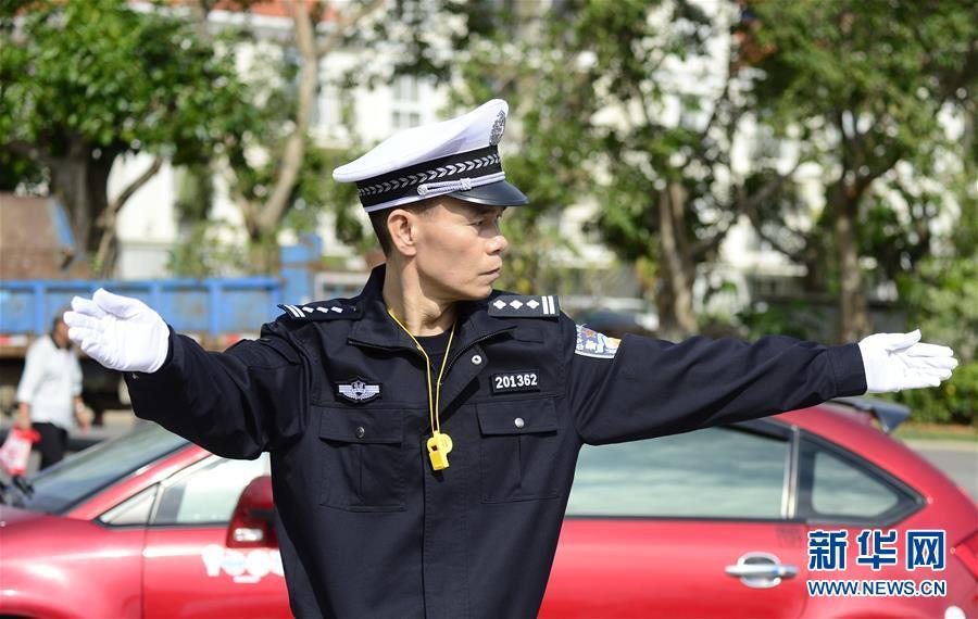 陈清洲在指挥交通。(资料图/新华社发)
