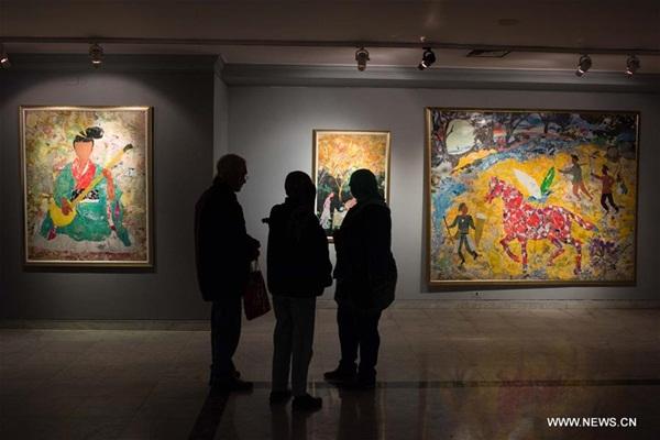 """""""على طريق الحرير"""" معرض لفنان تشكيلي مصري مستوحى من الثقافة والأساطير الصينية"""