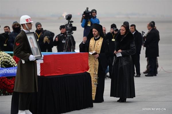 تركيا تودع جثمان السفير الروسي بمراسم رسمية وجيزة