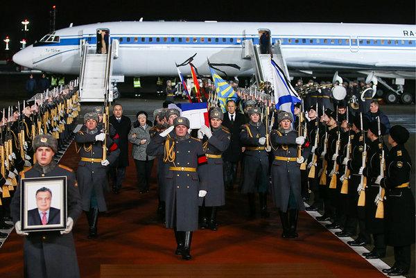 El cuerpo del embajador de Rusia asesinado llega a Moscú