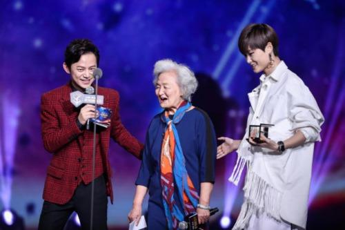 优酷盛典_2016优酷盛典 李宇春80岁铁杆粉丝回忆追星路