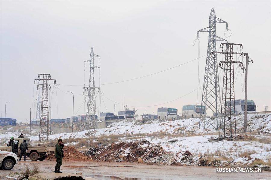 Последняя группа антиправительственных боевиков и их родных начала эвакуацию из сирийского Алеппо