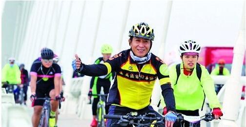 活动汇聚了23支专业、准专业骑行队伍和大批市民。