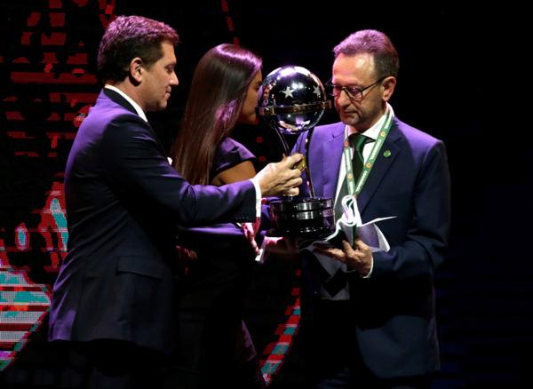 El Chapecoense brasileño recibe el trofeo a título honorífico