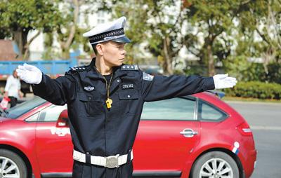 陈清洲在指挥交通。资料照片