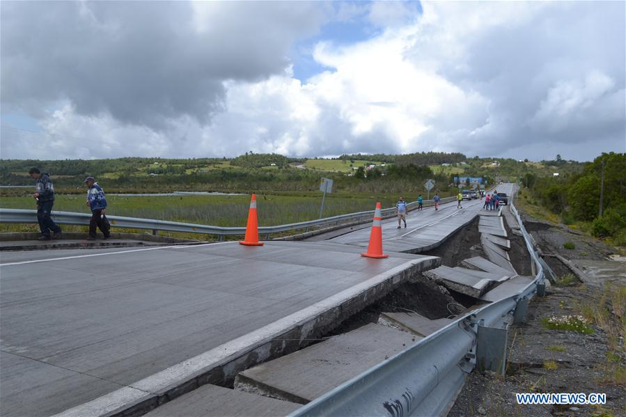 People walk on Highway 5 after an earthquake in Chiloe province, Chile, on Dec. 25, 2016. A 7.6-magnitude earthquake rattled southern Chile on Sunday, sparking fears of a tsunami, and causing no casualties. (Xinhua/AGENCIAUNO/Claudio Yanez)