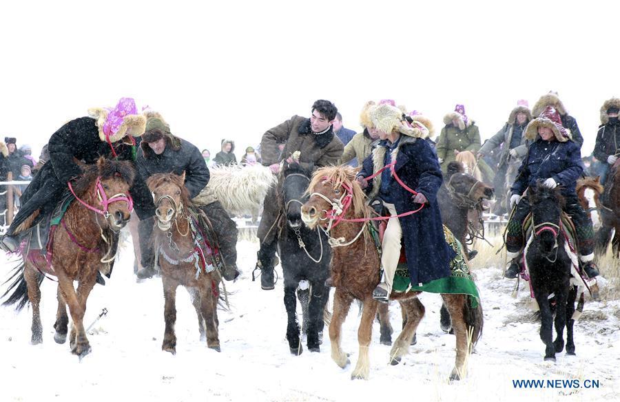HAMI, 25 décembre (Xinhua) -- Des membres de l