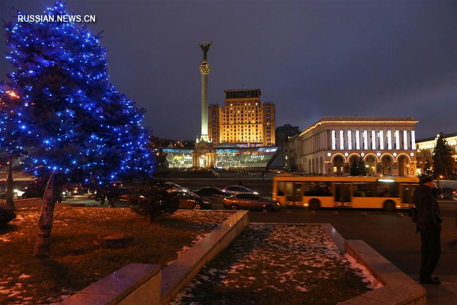 Центр Киева украсили к новогодним праздникам