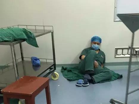 为救人无暇吃饭 护士在手术间隙给医生喂面包