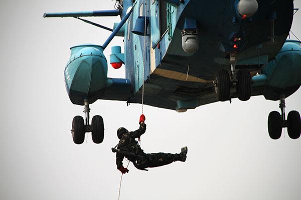 郑伟彬直升机上滑降训练