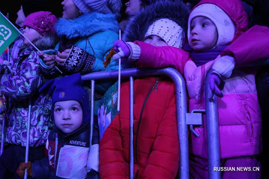 Всероссийский Дед Мороз зажег главную елку Санкт-Петербурга
