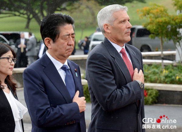 Primer ministro de Japón deposita flores en cementerio militar estadounidense