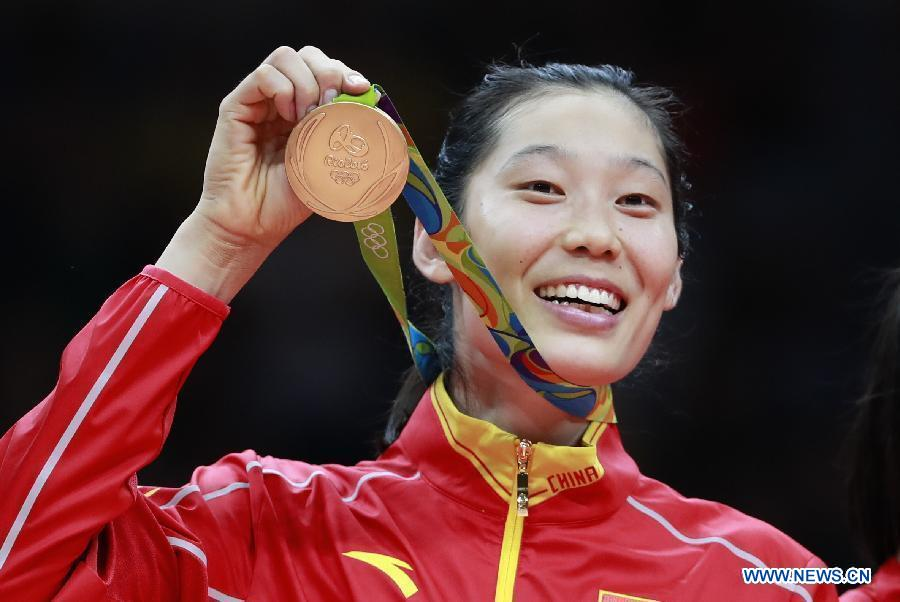 Zhu Ting, joueuse de volley-ball chinoise. La Chinoise Zhu Ting montre sa médaille d