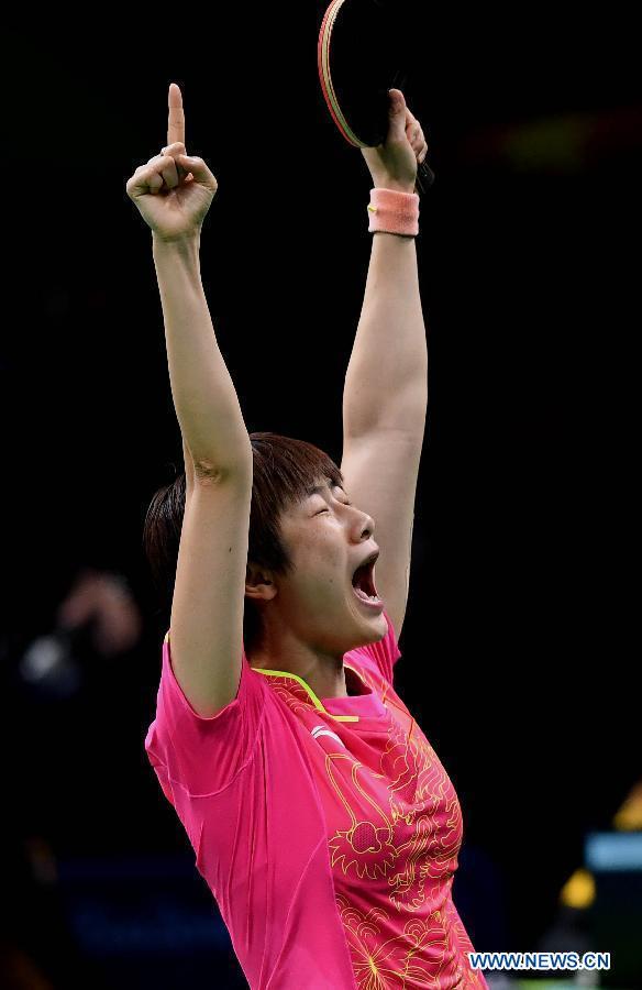 Ding Ning, pongiste chinoise. Ding Ning célèbre sa victoire après la finale de tennis de table, contre sa compatriote Li Xiaoxia, aux Jeux olympiques de Rio, au Brésil, le 10 août 2016. Ding Ning a remporté la médaille d