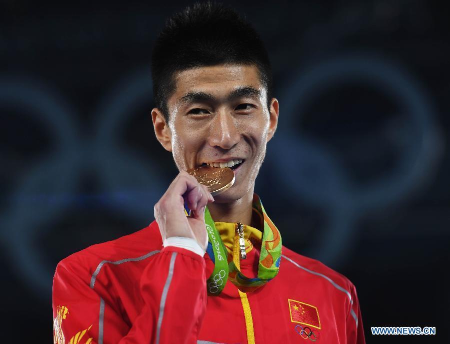 Zhao Shuai, taekwondoïste chinois. Zhao Shuai lors de la cérémonie de remise des médailles après la finale de taekwondo catégorie des 58 kg messieurs aux Jeux olympiques de Rio, à Rio de Janeiro, au Brésil, le 17 août 2016. Zhao Shuai a remporté la médaille d