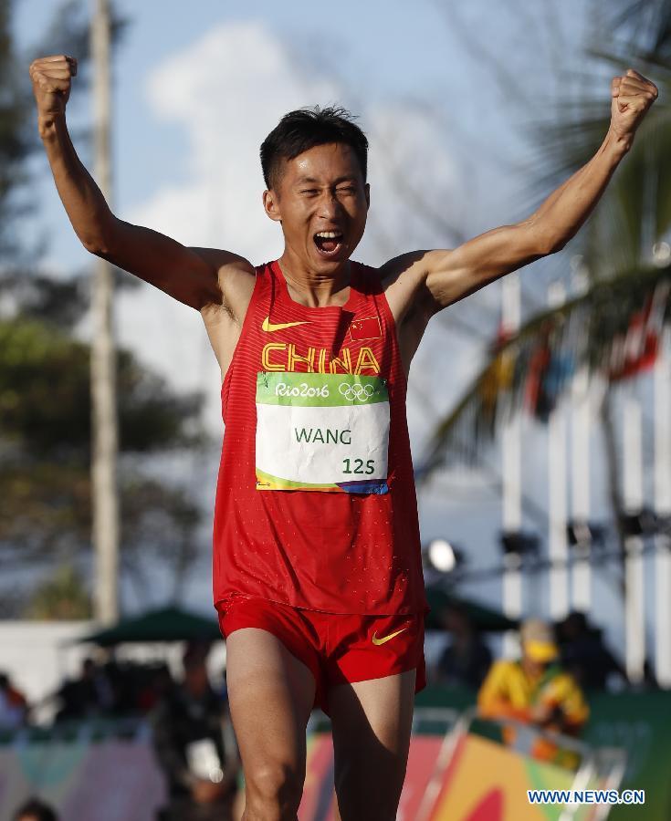 Wang Zhen, athlète chinois. Le Chinois Wang Zhen célèbre sa victoire après le 20km marche messieurs des Jeux Olympiques de Rio, le 12 août. Wang Zhen est devenu le champion olympique du 20 km marche en 1h 19 min 14 sec. (Photo : Lui Siu Wai)