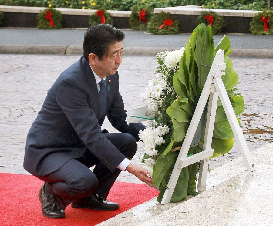 Shinzo Abe se convierte en primer líder en activo de su país en visitar Pearl Harbor