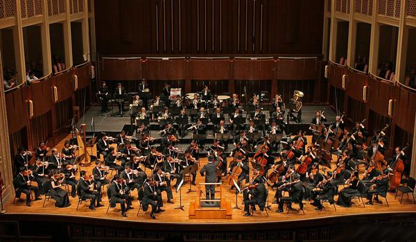 Músicos chinos interpretan melodías étnica con la orquesta