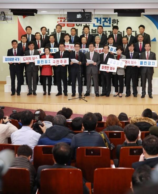 Partido gobernante de Corea del Sur se resquebraja con salida de 29 diputados
