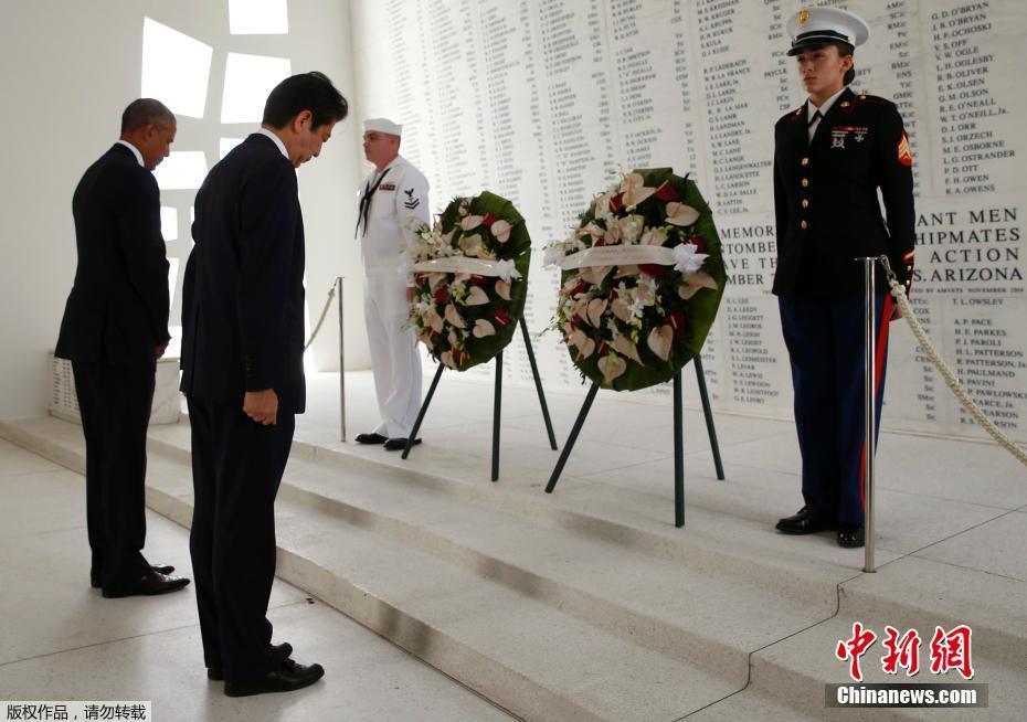 El premier japonés Shinzo Abe se ha convertido en el primer líder nipón en funciones, en visitar Pearl Harbor en más de medio siglo.