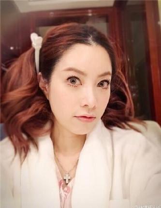 照片中的她完全是两种风格,一张中徐怀钰将头发盘上去,脸型轮廓分明