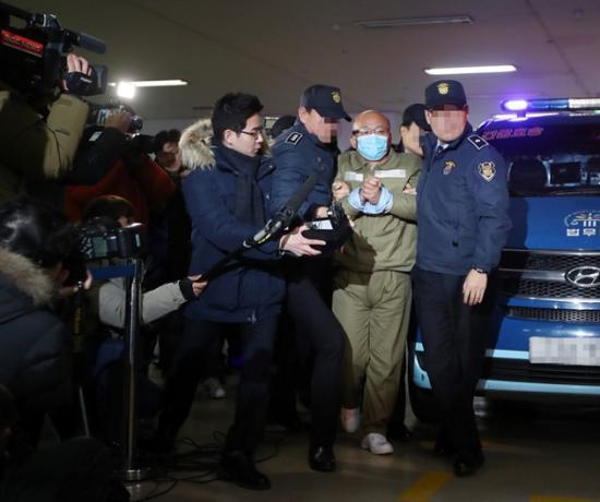 احتجاز وزير الرعاية الاجتماعية السابق على خلفية الفضيحة