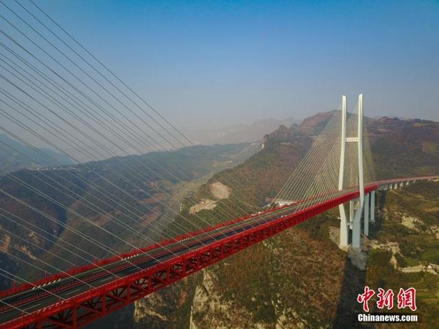 أعلى جسر في العالم يربط مقاطعتي قويتشو ويوننان بجنوب غرب البلاد